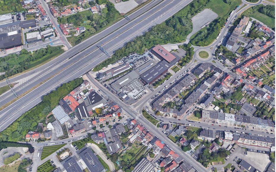 LEEMANS Immobiliën vous propose cet immeuble avec rez-de-chaussée commercial, situé à l'angle de Brusselsesteenweg et Raymond Pelgrimslaan à Zellik.  Comprenant un sous-sol, un rez-de-chaussée, un premier étage et un deuxième étage. L'ensemble es