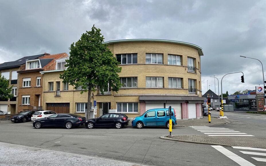 LEEMANS Immobiliën biedt u dit appartementsgebouw met handelsgelijkvloers, gelegen op de hoek van de Brusselsesteenweg en de Raymond Pelgrimslaan te Zellik. Omvattende een kelderverdieping, een gelijkvloers niveau, een eerste verdieping en een tweede ver