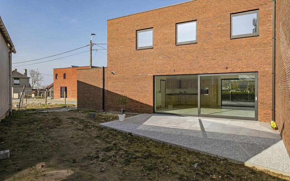 Leemans Immobiliën biedt u deze energievriendelijke nieuwbouwwoning aan te Baardegem.De moderne architectuur en hoogstaande afwerking maken van deze woning een parel die zeker een bezoek waard is. De woning is centraal en toch zeer rustig gelegen , dicht
