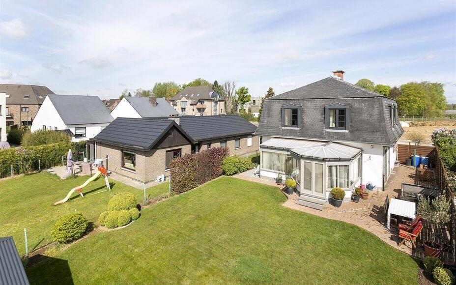 LEEMANS Immobiliën biedt u deze zeer goed onderhouden villa te Zellik (Asse). De woning werd gebouwd in 1978 en steeds zeer goed onderhouden door zijn eigenaars.  Het perceel heeft een grondoppervlakte van 6are 03ca en geniet een mooie zuid georiënteerd