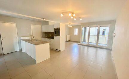 Appartement récent (2012) à vendre au centre d'Asse. L'appartement se compose d'un hall d'entrée avec WC, d'un séjour spacieux avec accès à la terrasse et d'une cuisine ouverte (plaque de cuisson, lave-vaisselle, réfrigérateur, four). Il y a 2 cha