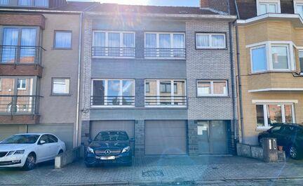 LEEMANS IMMOBILIEN biedt u dit ruim tweekamer appartement in centrum Dilbeek. Het appartement maakt deel uit van een klein gebouw met amper 2 appartementen en ligt op wandelafstand van het park, het gemeenteplein, scholen, sportcentra, openbaar vervoer en