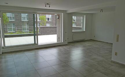 Nieuwbouw appartement te huur in centrum Wolvertem! Dit appartement bestaat uit ruime living, volledig ingerichte keuken, 2 grote slaapkamers, grote badkamer, aparte wc , grote berging en ruim zuid gericht terras. In de huurprijs zitten de gemeenschappeli