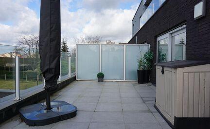 PRACHTIG Luxe appartement gelegen in een klein residentieel appartementsgebouw (nieuwbouw BJ 2012): bewoonbare oppervlakte 82,00m2 met 2 slaapkamers (12,25 - 15,00m2) met TV/internet aansluiting voorzieningen. Indeling: inkom, ruime living met zithoek, vo