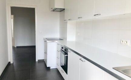 Volledig gerenoveerd appartement te koop nabij centrum Strombeek-Bever. Dit appartement is gelegen op de tweede en bovenste verdieping. Het appartement bestaat uit een inkomhal met WC, een ruime leefruimte, een geïnstalleerde keuken met toegang tot het t