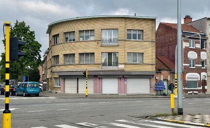 ** IN OPTIE ** LEEMANS Immobiliën biedt u dit appartementsgebouw met handelsgelijkvloers, gelegen op de hoek van de Brusselsesteenweg en de Raymond Pelgrimslaan te Zellik. Omvattende een kelderverdieping, een gelijkvloers niveau, een eerste verdieping en