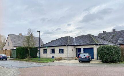LEEMANS immobiliën biedt u deze bungalow woning te Dilbeek.  De woning is gelegen in een rustige residentiële wijk, op 2 min rijden van station, scholen, winkels, ... Het perceel heeft een oppervlakte van +/- 5 are en een tuinoppervlakte van +/- 200 m²