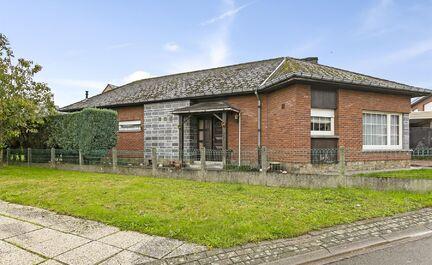 LEEMANS IMMOBILÏEN biedt u deze bungalow woning aan in Ternat. De woning bevindt zich in centrum Ternat en is gelegen is een zeer rustige doodlopende straat. Op 2 min wandelen van het station, 5 min wandelen van scholen en op 2 min rijden van de op- en a