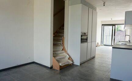 Schitterend nieuwbouw duplex appartement (97,51m2) als volgt ingedeeld: +2 -> inkom, afzonderlijke WC, ruime leefruimte met open keuken (zicht op de stationsomgeving) en met zonneterras van 4,26m2 (west georiënteerd), trap / +3 -> nachthal, 2 ruime slaap