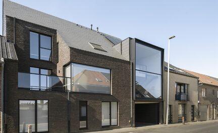 Recente duplex (gelijkvloers - 1e verdiep) te koop in het landelijke Mollem. Dit appartement bestaat uit een ruime inkomhal met WC, 2 slaapkamers waarvan 1 met bergruimte onder de trap en een badkamer met ruime inloopdouche. Op het eerste verdiep is een