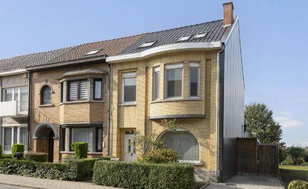 Gerenoveerde karaktervolle woning (2011) te koop op toplocatie! Deze woning bestaat uit een inkomhal met vestiaire, een ruime leefruimte met aansluitend de open keuken (volledig geïnstalleerd). De keuken geeft toegang tot de ruime tuin en mooi aangelegde