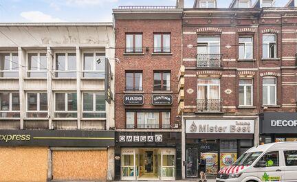 LEEMANS Immobiliën biedt u deze handelswoning te Anderlecht. Gelegen in de gekende Wayez winkelstraat, in de nabijheid van alle nodige faciliteiten. Achter de woning treffen we een gezellig stadspark, 100 m verder treffen we het verzetsplein met enkele g