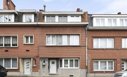 LEEMANS immobiliën biedt u deze goed onderhouden ééngezinswoning te Anderlecht. De woning bestaat momenteel uit 2 entiteiten;  het gelijkvloers met 1 kamer, keuken, badkamer en toegang tot de grote achtertuin. Op het 2e verdiep eveneens een vernieuwde