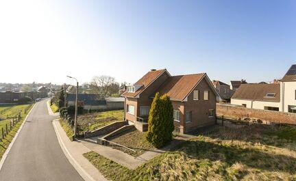 ** IN OPTIE ** LEEMANS IMMOBILIËN biedt u deze charmante ééngezinswoning te Dilbeek. De woning is gelegen op een perceel van 5are 10ca met een terras aan de achterzijde en ruime tuin aan de zijkant (180 m²). Door de hogere ligging van de woning geniet