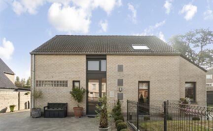 ** IN OPTIE NA 1E BEZOEKDAG ** LEEMANS IMMOBILIEN biedt u deze instapklare woning in Ninove (Denderwindeke). De woning is gelegen op een perceel van 7are 97 ca (797 m²) en geniet van een zuidgerichte tuin van +/- 400 m². Aan de voorzijde treft men een o