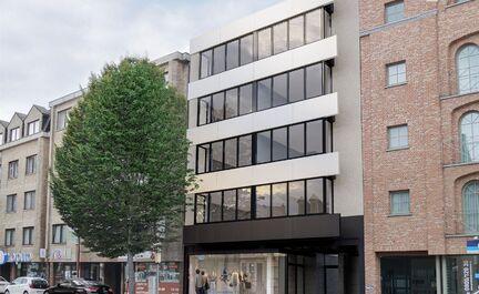 Propriété avec 8 appartements + 1 rez-de-chaussée commercial. Les appartements se composent d'un hall d'entrée avec WC, d'un spacieux séjour, d'une cuisine, de 2 chambres avec terrasse et d'une salle de bain. 4 étages avec 2 appartements chacun. 6 d