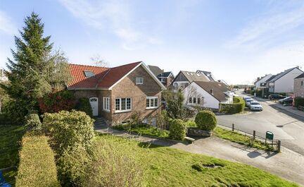 ** SOUS OPTION **  LEEMANS Immobiliër vous propose cette maison quatre façades à Groot-Bijgaarden. La maison est située dans un quartier résidentiel calme et à distance de marche de toutes les installations nécessaires. Ecoles, transports en commun