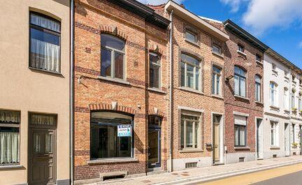 Leemans Immobiliën vous propose cette maison très spacieuse à rénover à Ninove. La maison est située entre la gare et les rues commerçantes. La maison est divisée comme suit: au rez-de-chaussée se trouve le hall d'entrée, un espace commercial, u