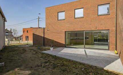 Leemans Immobiliën vous propose cette maison neuve économe en énergie à Baardegem.L'architecture moderne et la finition de haute qualité font de cette maison une perle qui vaut vraiment le détour. La maison est centrale mais très calme, à proximit