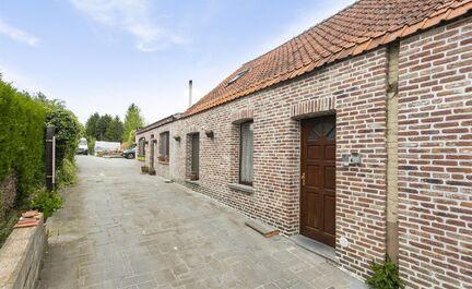Leemans Immobiliën vous propose cette maison / maison kangourou avec de nombreuses possibilités. La maison a besoin de légers travaux de rénovation pour la redevenir une perle. La maison se compose de 2 logements: 1ère partie: Séjour avec cuisine ou