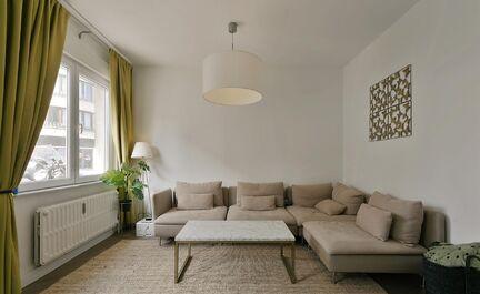 Appartement au rez-de-chaussée entièrement rénové au coeur de Strombeek. Cet appartement se compose d'un hall d'entrée avec WC, vestiaire, d'un séjour avec cheminée électrique et d'une cuisine séparée avec salle à manger. Il y a 3 chambres et u