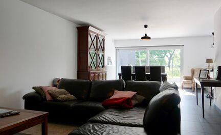 PRACHTIG Luxe appartement gelegen in een klein residentieel appartementsgebouw (nieuwbouw BJ 2012) op het gelijkvloers niveau: bewoonbare oppervlakte 108,00m2 met 2 slaapkamers (12,00 - 15,41m2) met TV/internet aansluiting voorzieningen. Indeling: inkom,