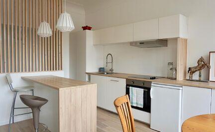 Gerenoveerde gemeubelde studio te huur! Deze studio van 30m² bestaat uit een lichtrijke leefruimte met volledig ingerichte keuken (oven, frigo, kookplaat en vaatwasmachine), afgezonderde slaapruimte, badkamer en kelder. Zeer goed onderhouden gebouw. In d