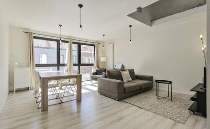 Eengezinswoning met aanpalende praktijkruimte/ kantoorruimte. Op de eerste verdieping vinden we de woning terug. Deze ruime woning bestaat uit een woonkamer met veel lichtinval en een ingerichte keuken. Via de keuken heeft men ook toegang tot een tweede t