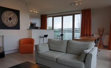 Recent appartement op een zeer goede locatie te koop in Vilvoorde. Het lichtrijke appartement heeft een bewoonbare oppervlakte van 85m2 bestaande uit een inkomhal met wc,  mooie leefruimte, eetplaats en terras met zicht op het park de Drie fonteinen. Voll