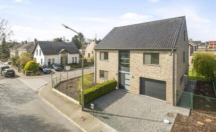 LEEMANS Immobiliër vous propose cette belle maison quatre façades dans un quartier résidentiel calme à Zellik / Asse. La villa a été récemment entièrement repeinte et est en excellent état. Nous sommes situés à 5 minutes du centre de Zellik et