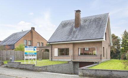** SOUS OPTION ** LEEMANS immobilier vous propose cette spacieuse maison unifamiliale à Dilbeek (Sint-Ulriks-Kapelle). La maison est située dans une rue calme, résidentielle et adaptée aux enfants, à 5 minutes à pied du centre. La parcelle a une sup