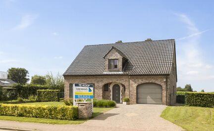 Leemans Immobiliën vous propose ce bâtiment ouvert de style fermette situé dans la campagne de Mollem. La maison est très bien entretenue et est située au centre. La maison comprend un hall d'entrée spacieux avec toilettes invités, un salon spacieu